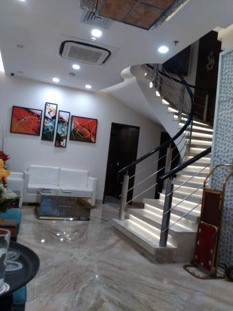 Taj Princess Hotel: Lobby and Stairways to 2nd Floor