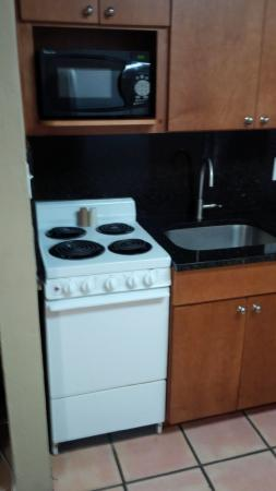 Silver Seas Beach Resort: Tiny full size kitchen.