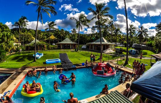 Nomads Airlie Beach Backpackers : Pool party fun