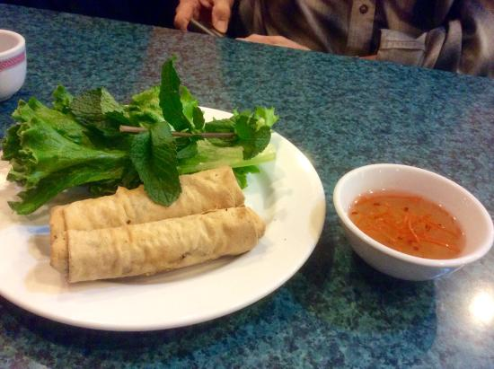 Vietnam Restaurant: Spring rolls with lettuce,mint and dipping sauce