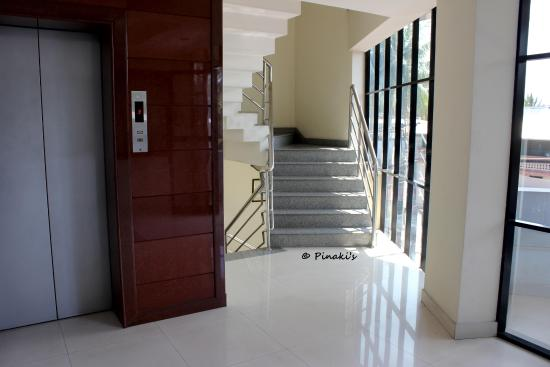 Hotel Fort Queen: Staircase and lift