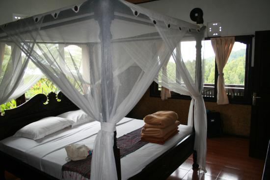 Melanting Cottages & Restaurant: Bed and view