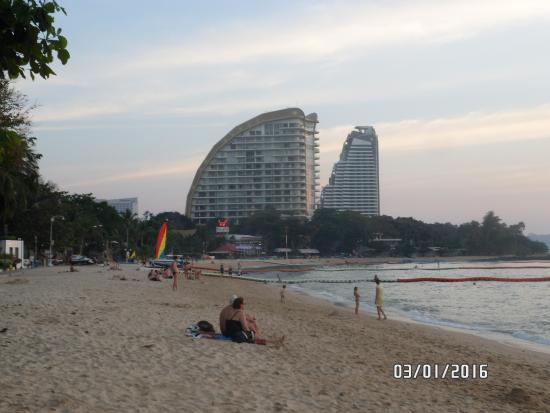 East Sea Resort Hotel: пляж возле миража