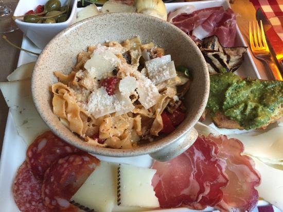 Anhée, Belgia: La découverte Toscane, un plat copieux de charcuterie fine et pates fraiches