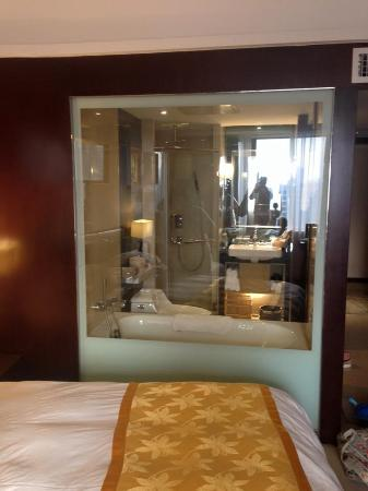 Shantou, China: ห้องน้ำเเบบมีกระจกมองมาเห็นห้องนอน