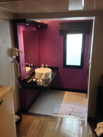 Nouvo City Hotel: Bathroom area
