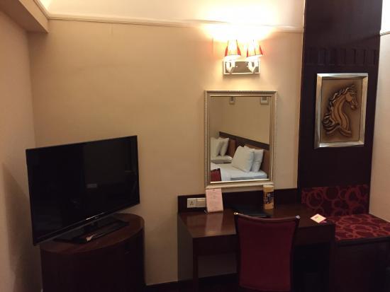 Hotel Taipa Square: デスク・テレビ