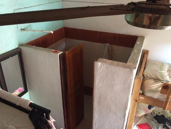 Hotel Miramar: Dorm with toilet & shower view