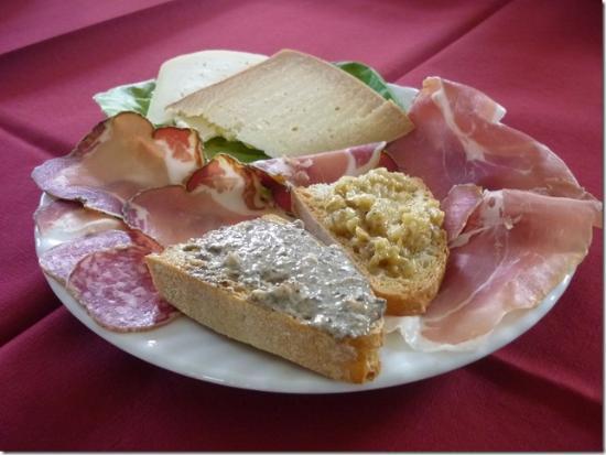 Montegabbione, إيطاليا: Gustoso antipasto con prodotti locali...saporiti e di alta qualità