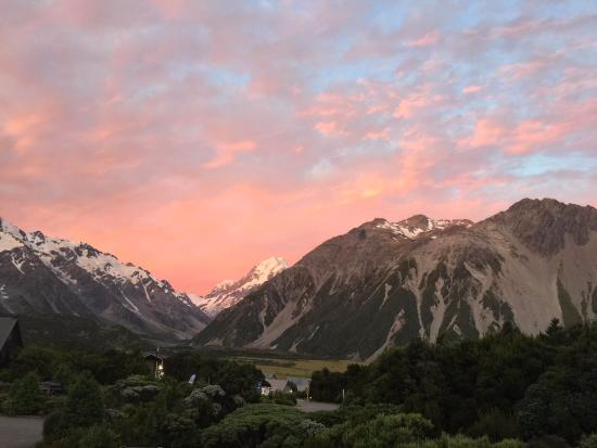 Aoraki Mount Cook Alpine Lodge: View at sunset