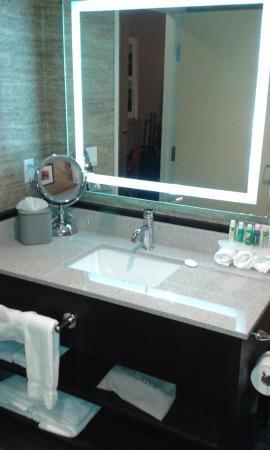 Peekskill, Нью-Йорк: Espejo y mueble de baño