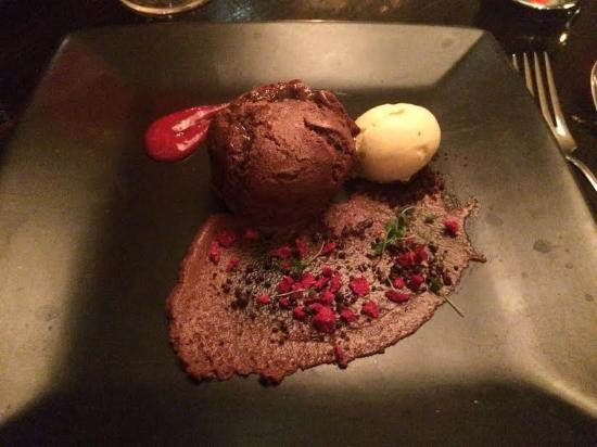 Barna, Irlanda: Chocolate fondant dessert in The West