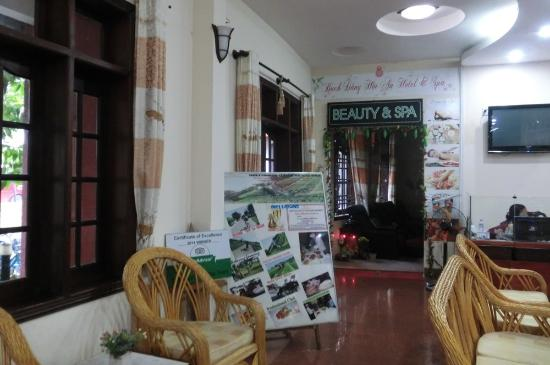 Bach Dang Hoi An Hotel: Hotel lobby with open entrance (no door) to the Spa area
