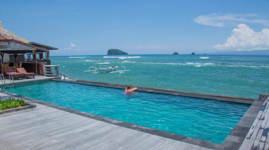 D'Tunjung Beach Resort : afteroon by the pool