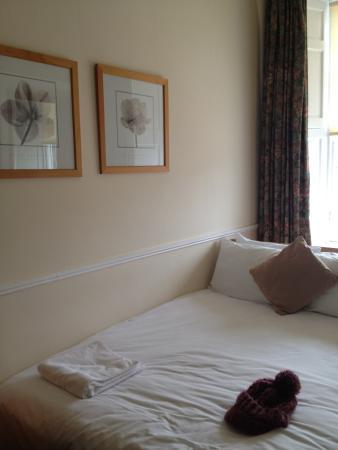 Elder York Guest House: ベッドがセミダブルくらいあって、のびのび。