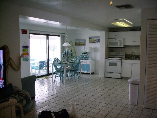 Suites on the Beach: kitchen area from family room area