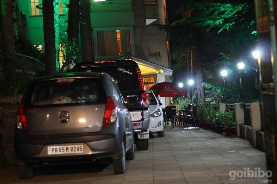 Naldehra, Hindistan: Night view of the resort