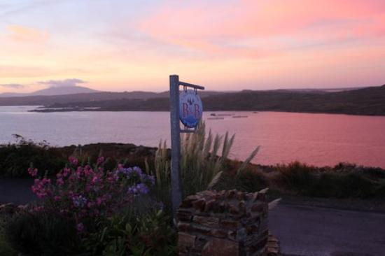 Clifden Bay Lodge: in front of the lodge (lower sky road)