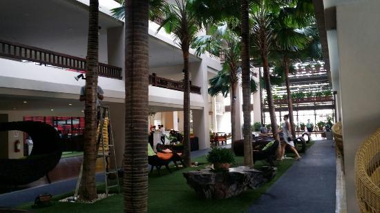 Baan Laimai Beach Resort: 1층 로비쪽 모습