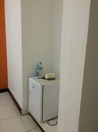 Guaruja Inn: frigobar sem nada, vazio