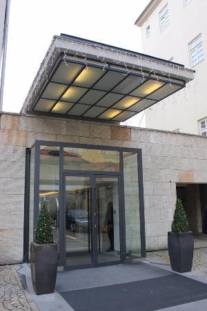 Mandarin Oriental, Prague: Entrance to the hotel
