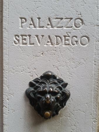 Palazzo Selvadego: Cartel de entrada