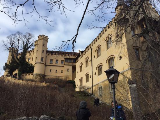 Schloss Hohenschwangau: Вид на замок с пешеходной тропы