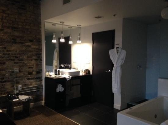 Hotel Metro: open concept tub and shower