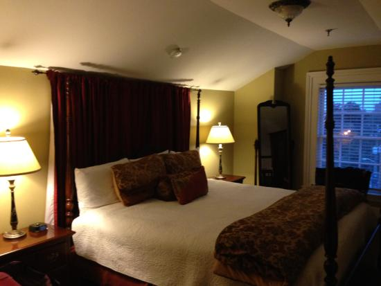 Presidents' Quarters Inn: King bed