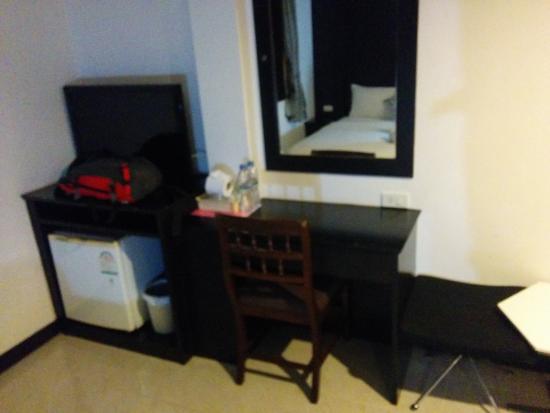 The Bird Cage: Le bureau avec le frigo et la TV