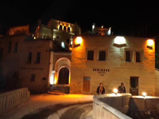 Gamirasu Cave Hotel: Hotel entrance, night time