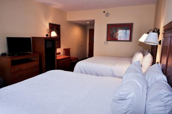 Hampton Inn & Suites Louisville East: 2 Queen Beds