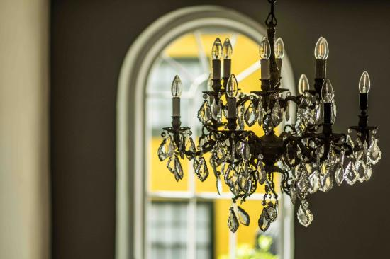 Bishops Castle, UK: Hallway chandelier