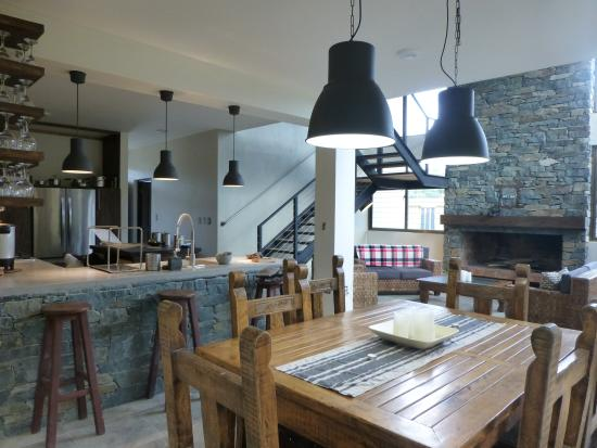 Jarabacoa Mountain Hostel: Open plan dining, living and kitchen areas with fireplace
