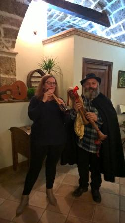 Tocco da Casauria, Italia: Bina getting a quick lesson during dinner!
