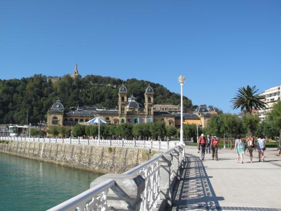 Hotel Niza: Boardwalk that wraps around bay