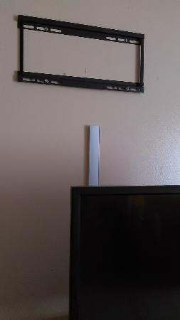 Makai Beach Lodge: Seriously - the TV sits on the dresser so take this off the wall!