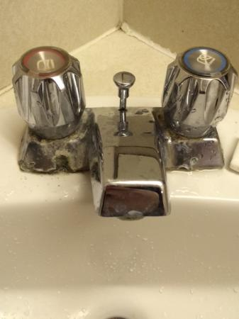 Ramada Yorkton: Corroded Faucets