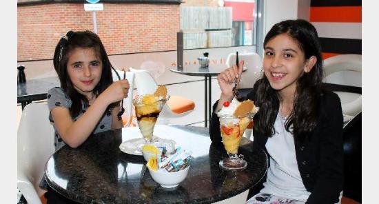 Windsor and Maidenhead, UK: Kids Enjoying Their Sundaes