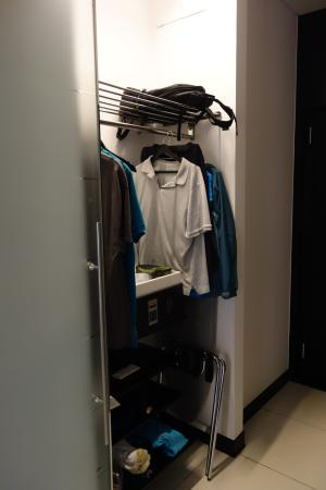 Hilton Madrid Airport: Limited closet space