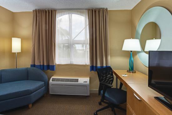 La Quinta Inn & Suites West Palm Beach Airport : Guestroom