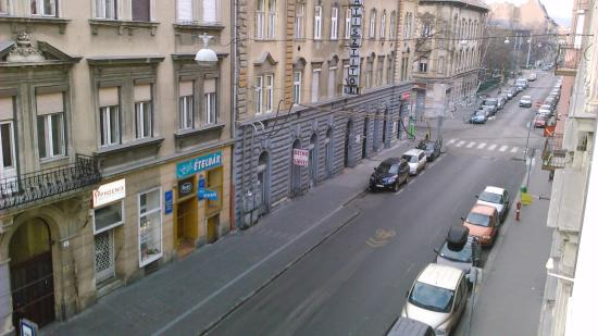 Star City Hotel: Вид на улицу из номера 204.