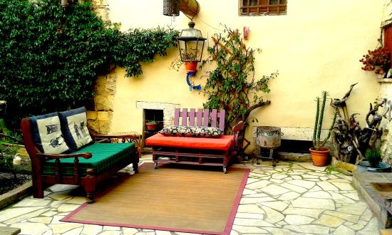 Le Cisterne B&B: open air sofa