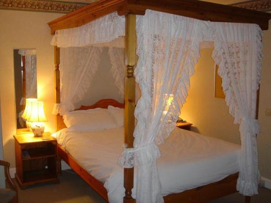 Inchbae Lodge Inn: Four poster room