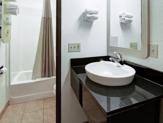 Motel 6 Colby: Bathroom