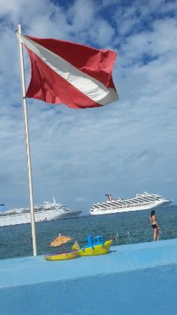 จอร์จทาวน์, เกาะแกรนด์เคย์แมน: At the back patio of Eden Rock, looking out to ships