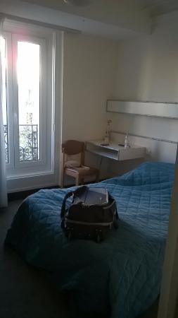 Hotel Jules Cesar: The only thing you cannot see is the wall mounted TV and clothes hanging space