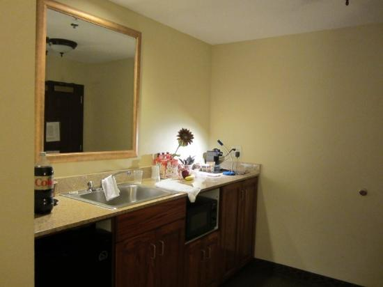 Country Inn & Suites by Radisson, Raleigh-Durham Airport, NC: Kitchen area.