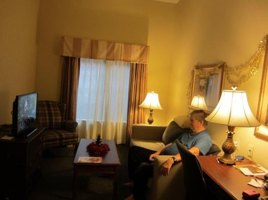 Country Inn & Suites by Radisson, Raleigh-Durham Airport, NC: Comfortable living room.