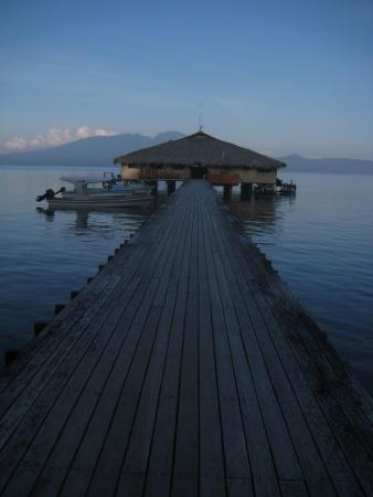 Gizo, Kepulauan Solomon: Reasaurant at dusk with Mount Kolombangara in the background!